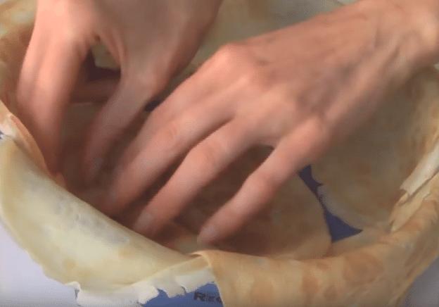 Круглую форму выстилаем блинчиками