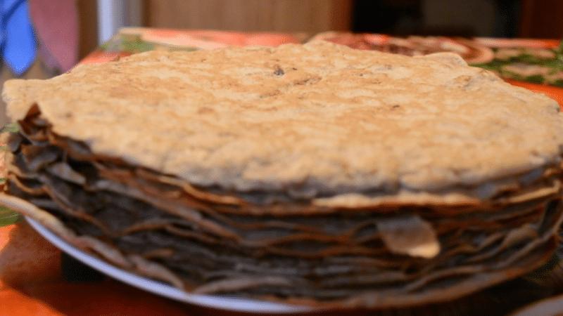 Коржи выкладывать на плоскую тарелку, перемазывать соусом