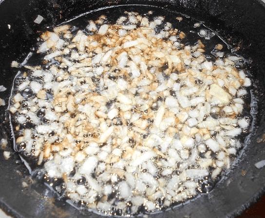 Луковицу мелко порезать, обжарить до золотистого цвета