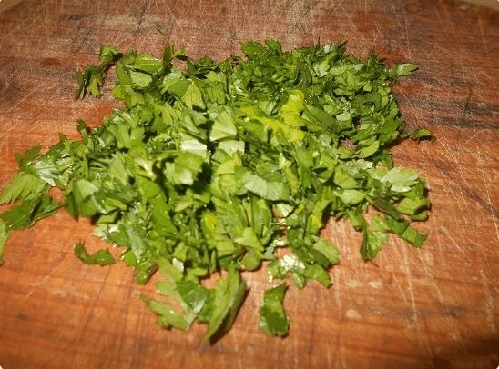 Зелень порубить, добавить к огурцам