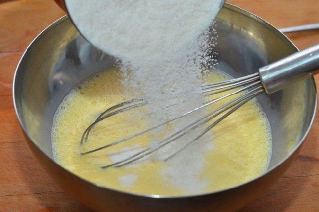 Перемешиваем тесто