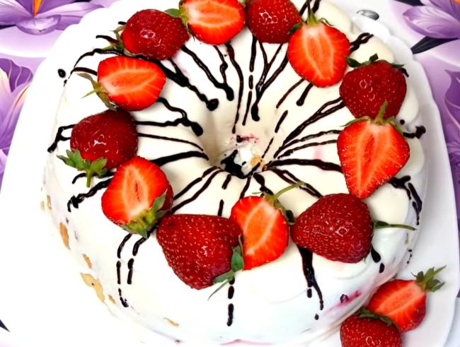 Торт украшают клубникой