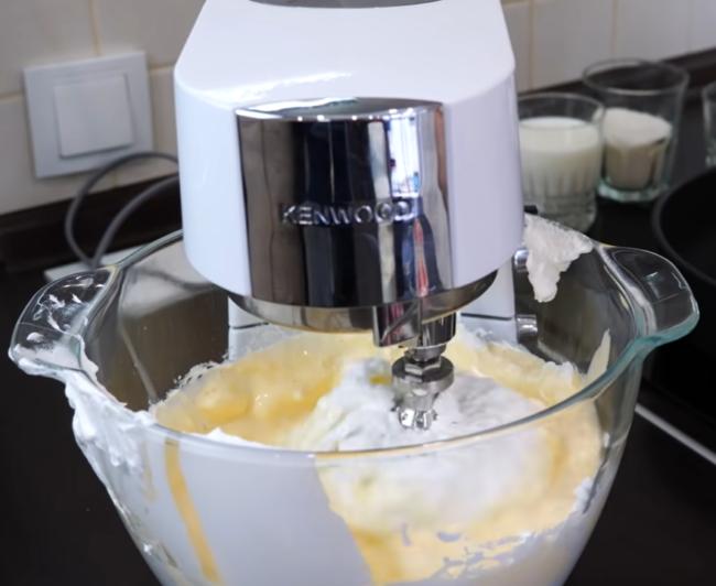 Взбивают крем с маслом